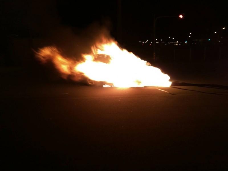 苗栗竹南火燒車,整台車有如一顆火球,畫面超驚悚。(記者蔡政珉翻攝)
