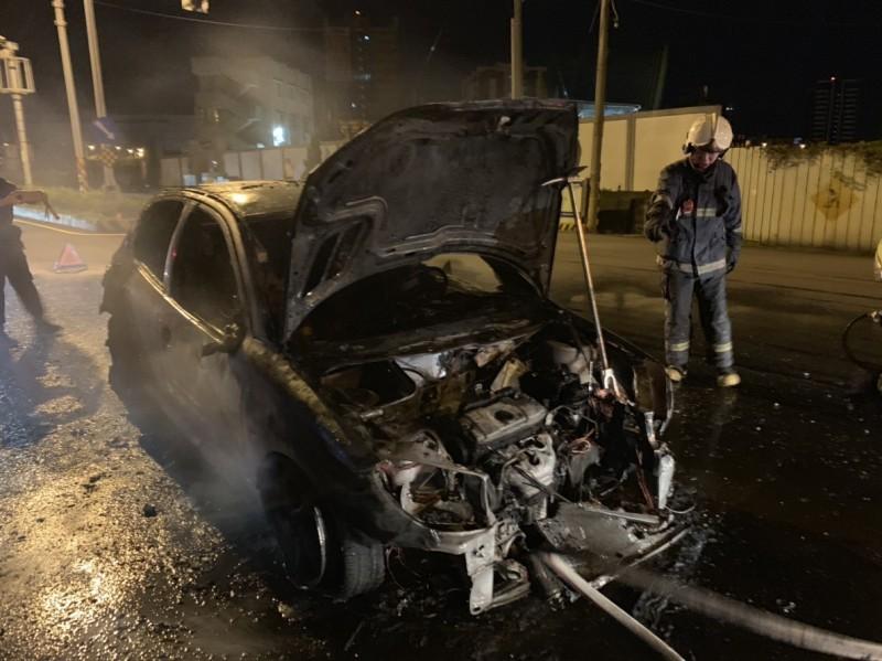 消防人員滅火之後,整台車已燒得面目全非。(記者蔡政珉翻攝)
