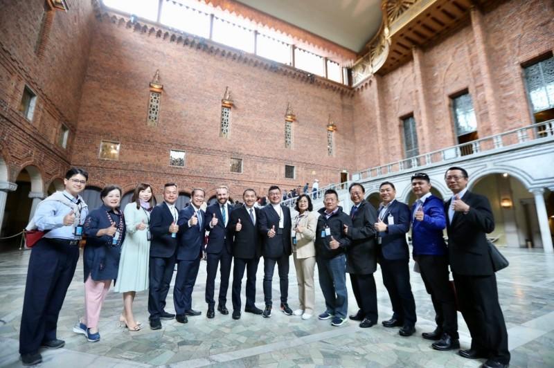 侯友宜與市議會訪問團參觀斯德哥爾摩市政廳。(新北市政府提供)