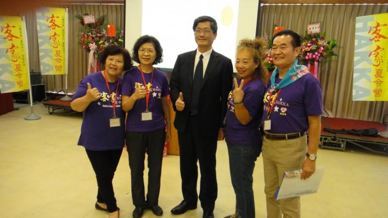 客家委員會副主委楊長鎮(中)主持客家文化夏令營開營典禮,和學員合影。(記者李容萍翻攝)