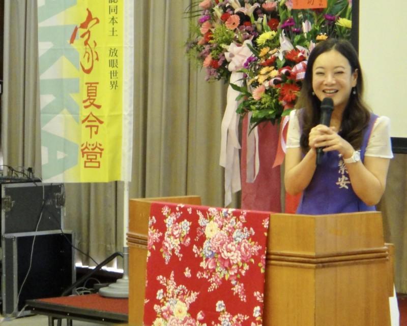 立委蔣絜安專題報告「客語教育與師資培育的瓶頸與前瞻」。(記者李容萍翻攝)