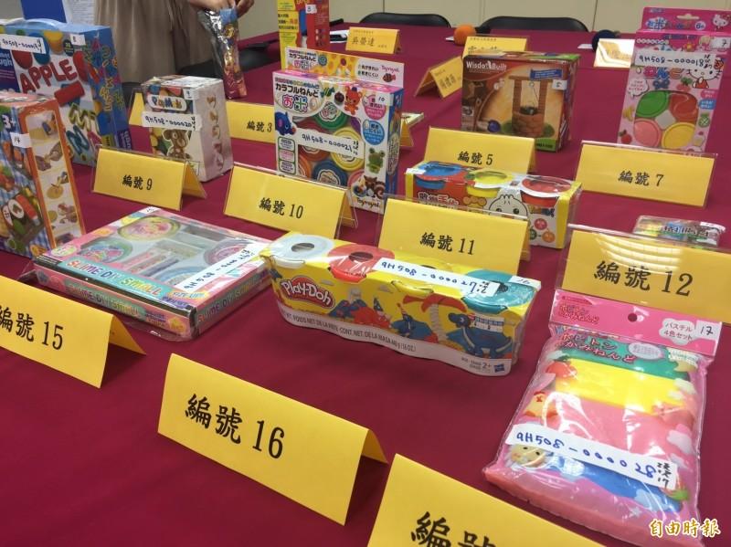 市售黏土玩具琳瑯滿目,少數產品在中文標示不合格。(記者蕭玗欣攝)