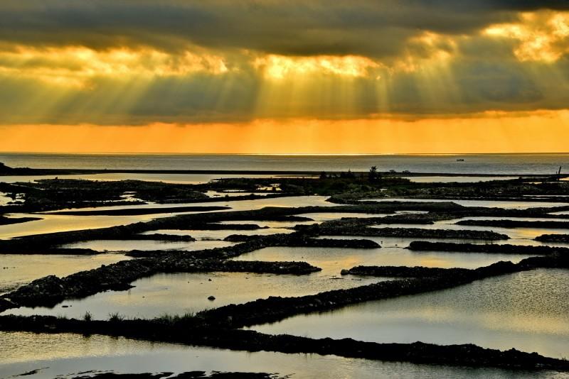 林茂以「晨曦斜陽下水覆蓋工程」拿下「遇‧見 水覆蓋」攝影比賽首獎。(圖由台東縣政府提供)