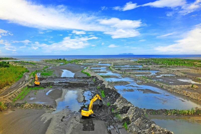 呂俊逸「築堤作業」為「遇‧見 水覆蓋」攝影比賽第二名。(圖由台東縣政府提供)