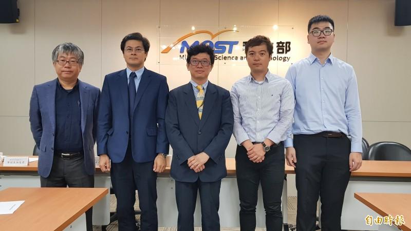 台灣大學化學系教授陳浩銘(右二)團隊研究今年6月登上國際期刊Science。(記者簡惠茹攝)