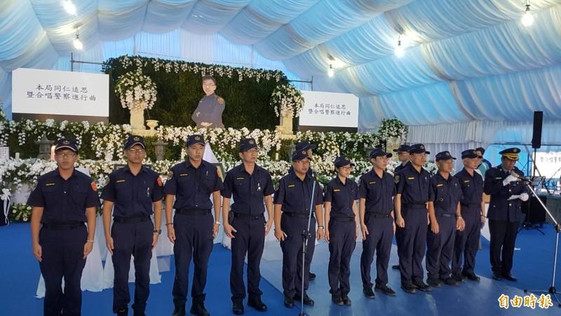 鐵路警察局嘉義派出所同仁合唱「警察進行曲」,感念李承翰的犧牲奉獻。(記者丁偉杰攝)