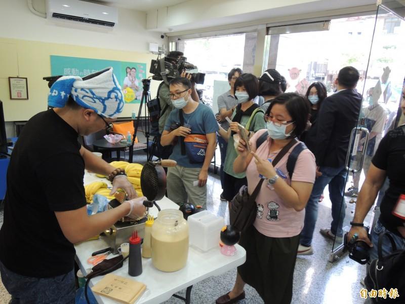 民眾耐心排隊購買廣德家香蕉煎餅。(記者王榮祥攝)