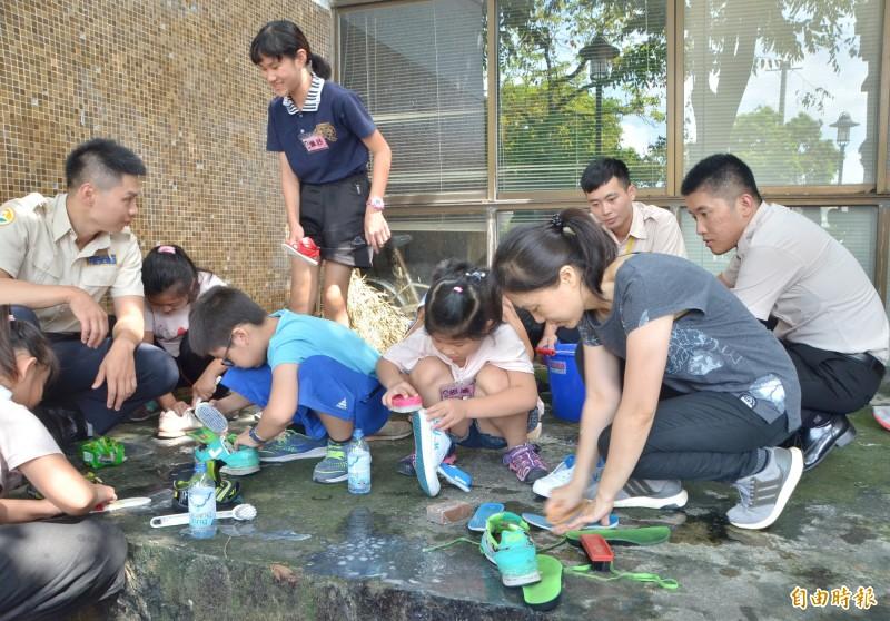 課輔活動中注重家事學習,先教小朋友如何洗鞋子,培養生活自理能力。(記者吳俊鋒攝)