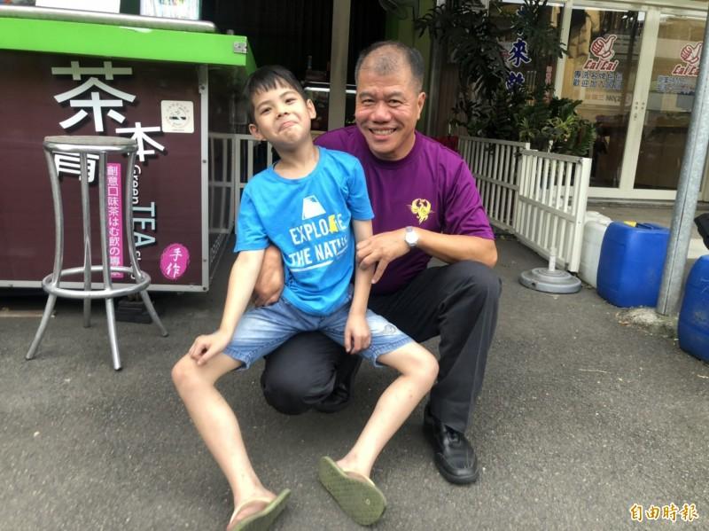 8年前急產接生的孩子(左),如今在救災場合又救一次,讓曾國勝(右)直呼「巧合」!(記者李容萍攝)