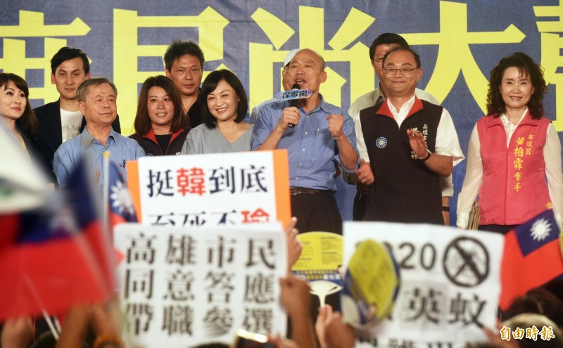 韓國瑜晚間回到高雄,趕往談話性節目現場向支持者致意。(記者張忠義攝)