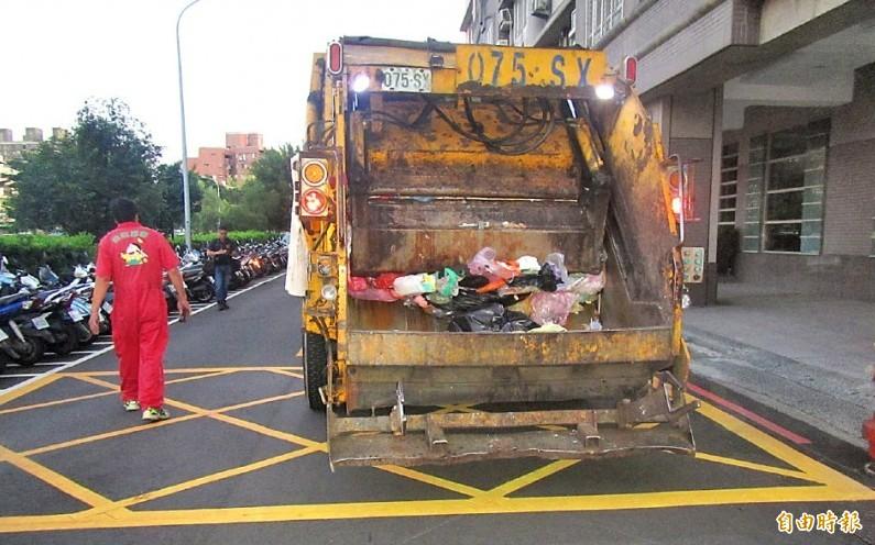 無照又酒駕的張男,駕駛的肇事垃圾車。(資料照)