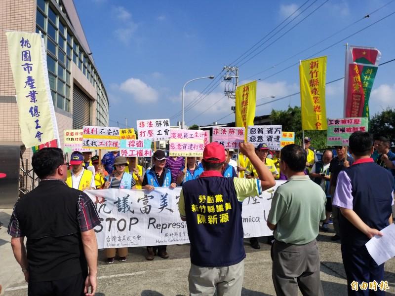 台灣富美家公司工會成員今早頂著大太陽在大門口拉白布條,抗議公司打壓工會,逕自調降勞動條件不利益的變更,不當解僱工會理事長,甚至廠長放話「要消滅工會」。(記者廖雪茹攝)
