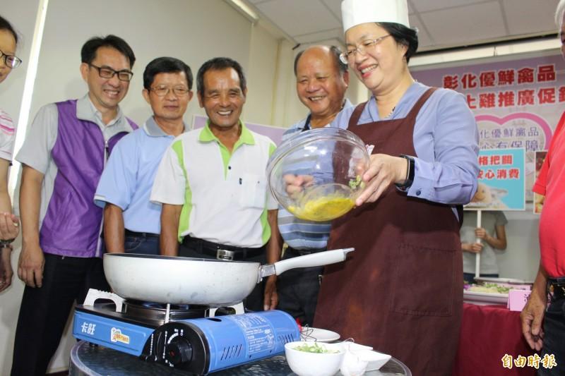 縣長王惠美今在促銷宣傳記者會下廚煎蛋,力挺蛋農與雞農,鼓勵民眾多吃國產雞蛋及土雞。(記者張聰秋攝)