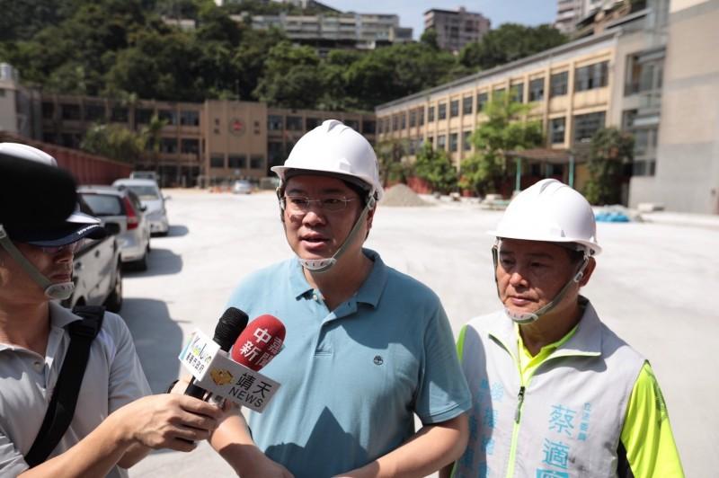 台北市長柯文哲以「說謊成性」來形容林飛帆人事案,也曾擔任過民進黨副秘書長的基隆市長林右昌(中)說,柯現在說很多話,老百姓也不太信。(圖由基隆市政府提供)