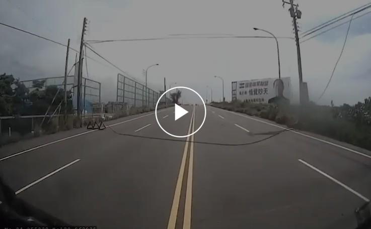 橫越竹北市長青路二段四線道、垂掛呈U型垂落的電纜線。(記者廖雪茹翻攝)