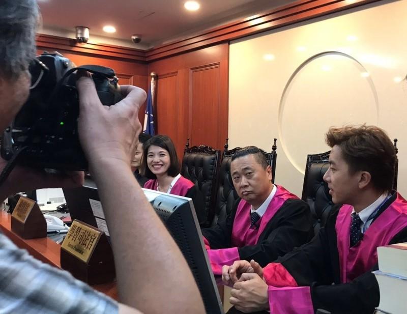 外貌比藝人還出眾的北檢檢察官林彥均,支援《木曜4超玩》拍攝「一日檢察官」節目。(右3)。(北檢提供)