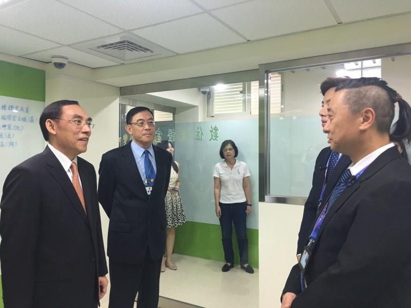 法務部長蔡清祥、台北地檢署檢察長邢泰釗,協助《木曜4超玩》拍攝長達70分鐘的「一日檢察官」節目。(北檢提供)