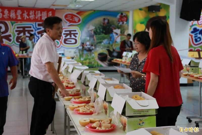 評審表示今年水梨品質仍維持水準,甜度達13度左右,建議消費者可直接向產地購買。(記者鄭名翔攝)