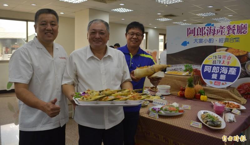 太平區農會推出「竹筍饗宴」,太平農會總幹事余文欽(左2)邀請大家訂桌吃竹筍風味餐。(記者陳建志攝)