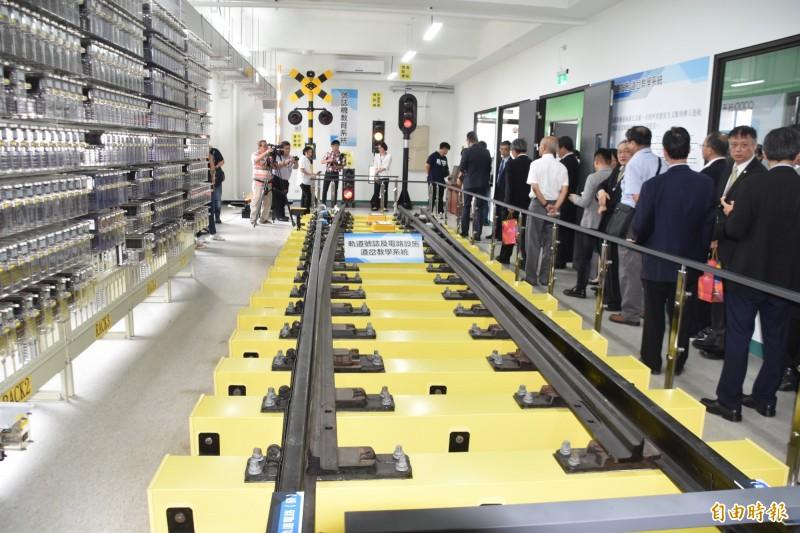 高科大「前瞻鐵道機電技術人才培訓基地」設有鐵道教育模擬系統、列車路徑設定模擬教學控制台等設備。(記者蘇福男攝)