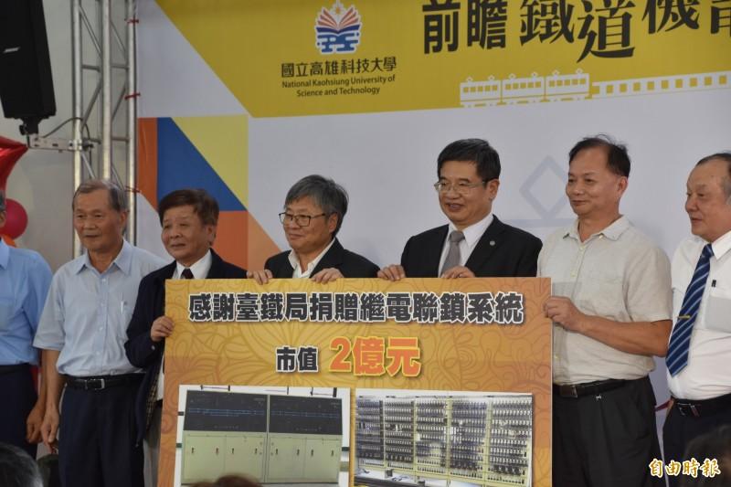 台鐵局將除役的繼電器聯鎖系統等鐵道周邊設施,贈送給高科大作為教育訓練使用。(記者蘇福男攝)