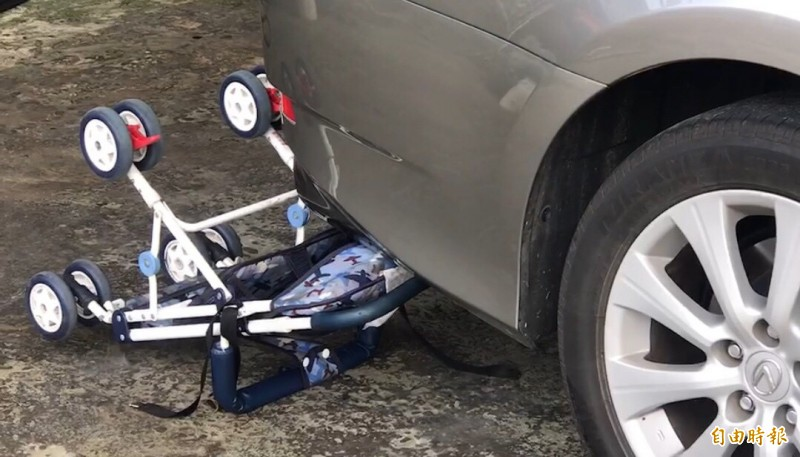 阿公洗高級房車卻未能好好利用倒車輔助設備。(記者顏宏駿攝)