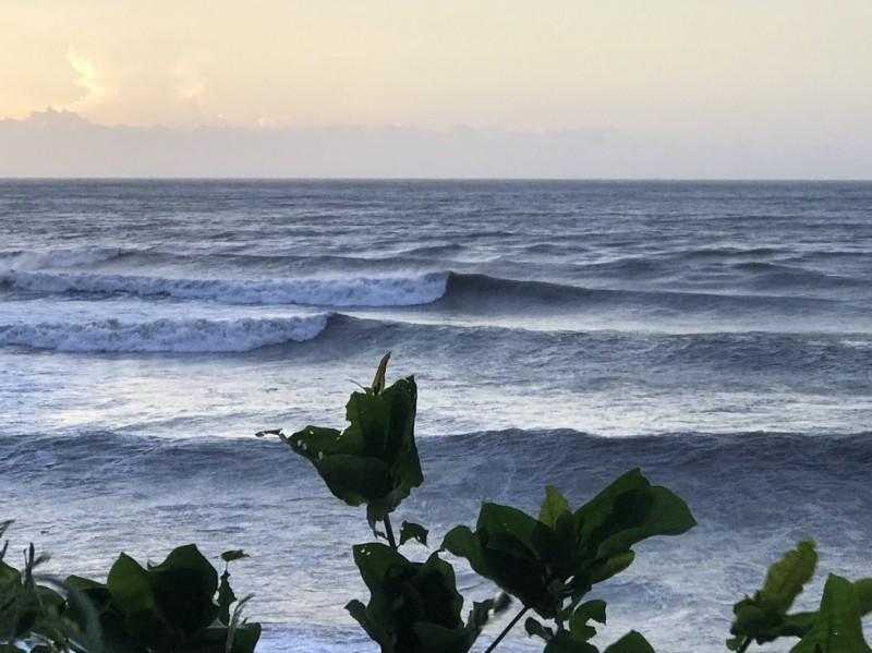 恆春半島東岸已經出現長浪。(記者蔡宗憲翻攝)