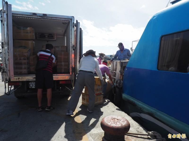 遊客趕著回台東,綠島居民忙著運補民生物資進島上。(記者王秀亭攝)