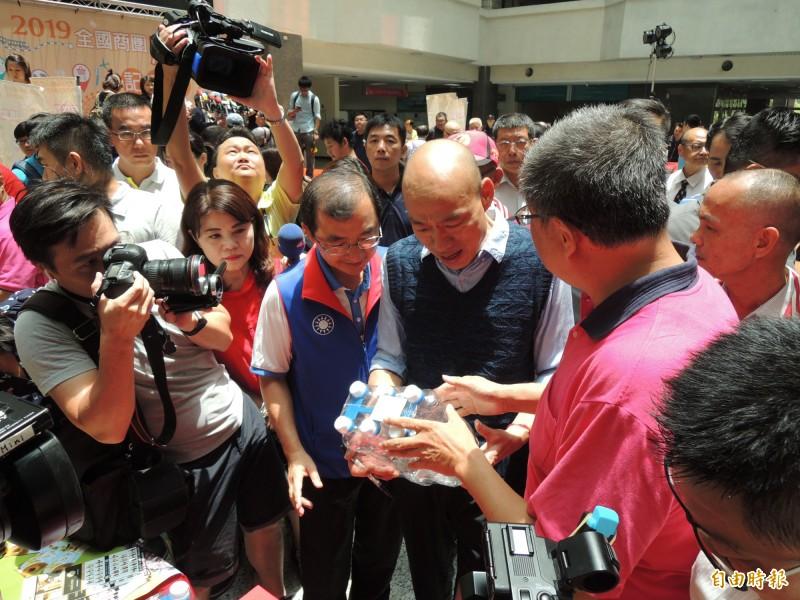 高雄市長韓國瑜拜訪參加購物節的攤商。(記者王榮祥攝)