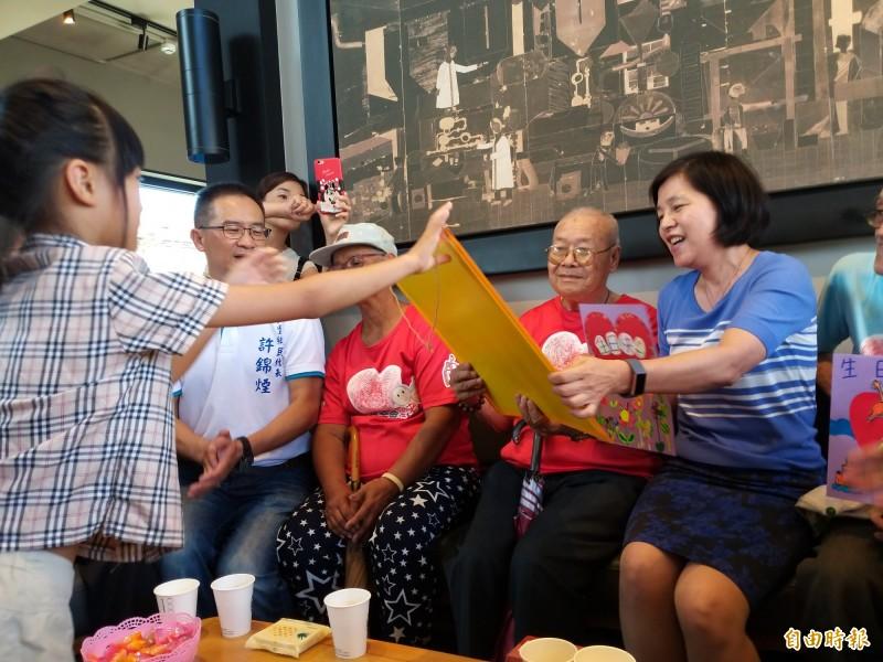 新竹縣新豐鄉102歲的獨居人瑞鄧爺爺,今早在華山基金會安排的壽宴趴中,由102名小朋友團團圍繞膝下,獻上生日大蛋糕與祝福賀卡,一圓他兒孫滿堂的夢想。(記者廖雪茹攝)