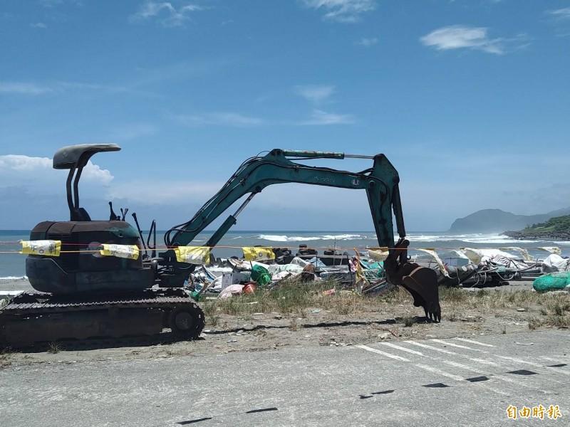 輕度颱風丹娜絲來襲,花蓮縣政府公告沿岸警戒範圍。(記者王錦義攝)