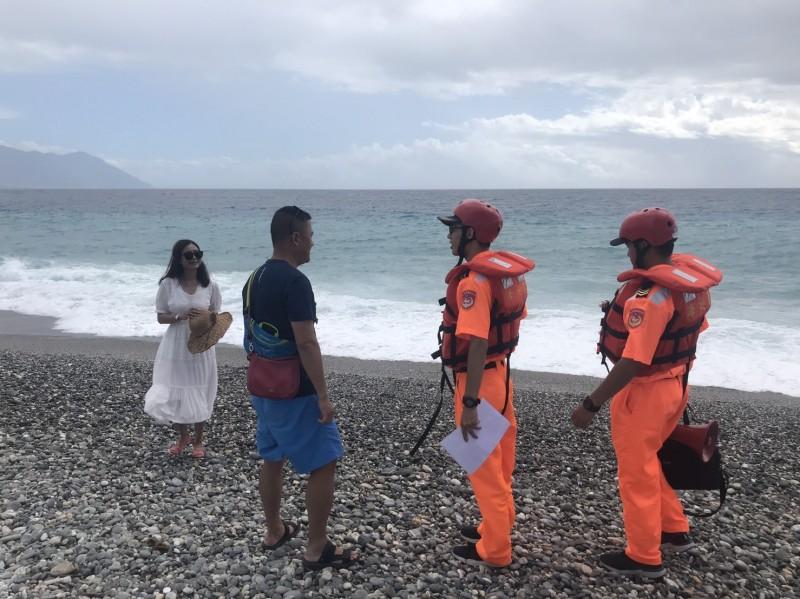 海巡署第一二岸巡隊沿上午也在公告區域沿岸拉設封鎖線並勸離遊客離開。(第一二岸巡隊提供)