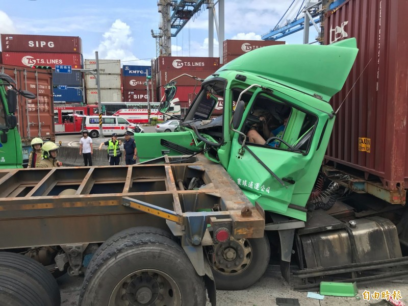 曳引車車頭撞上鐵架,導致車頭凹陷,駕駛右腳被夾住,受困車內。(記者吳昇儒攝)