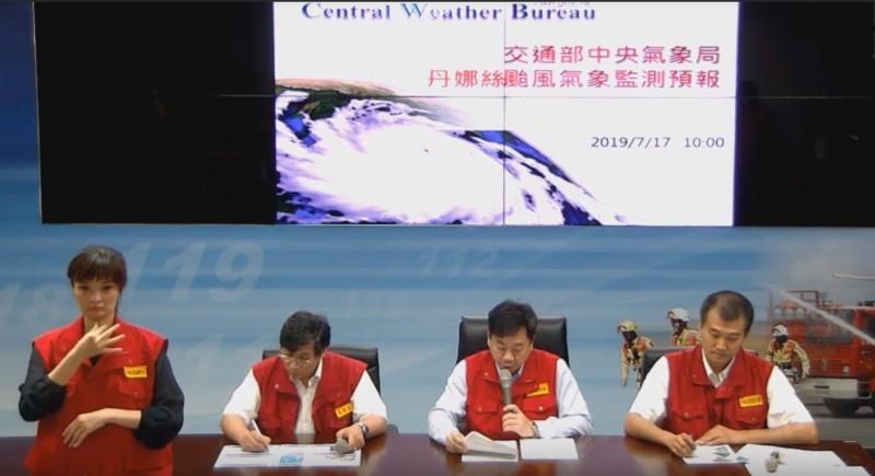 中央災害應變中心首次請來手語翻譯(左1),無時差轉播讓聽障人士同步收看。(記者陳薏云翻攝)