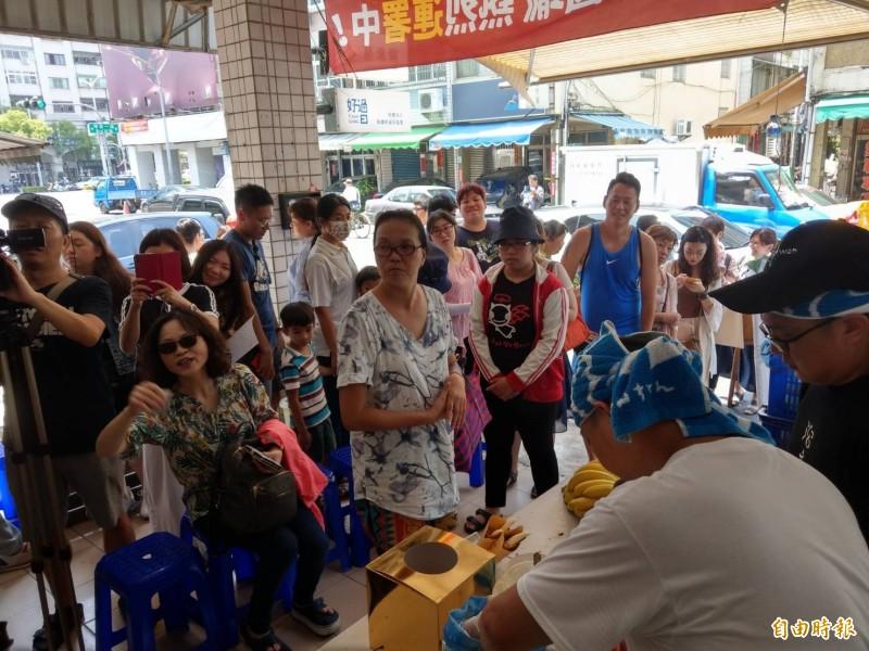 「廣德家」老闆到台灣基進擺攤,吸引大批排隊人潮。(記者方志賢攝)