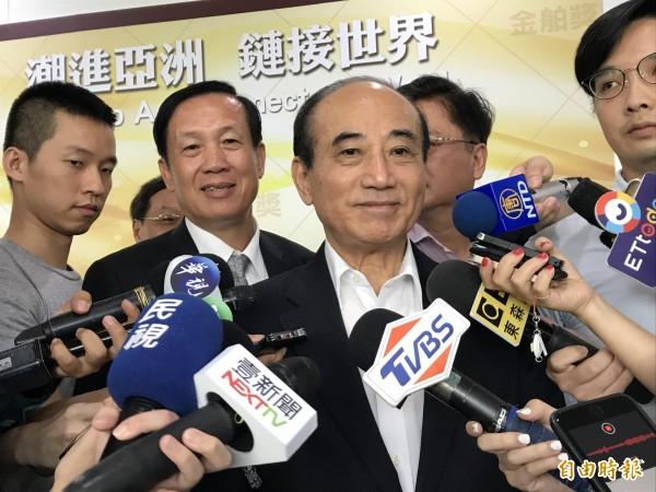 立法委員王金平(中)出席金舶獎頒獎典禮。(記者李雅雯攝)