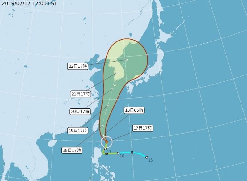 中央氣象局表示,輕度颱風丹娜絲路徑持續往東修正,下午預報已將屏東、恆春半島從陸上警戒範圍剔除,僅剩花東列入警戒範圍。氣象局說,若未來路徑持續東偏,不排除今晚8點半解除陸上颱風警報。(中央氣象局提供)