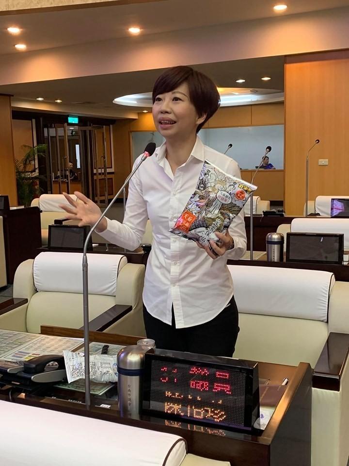 台南市議員陳怡珍質疑,教育局甄選資訊教師,其中有一向「可以不足額入取」的規定,讓考生莫名落榜。(記者王捷翻攝)