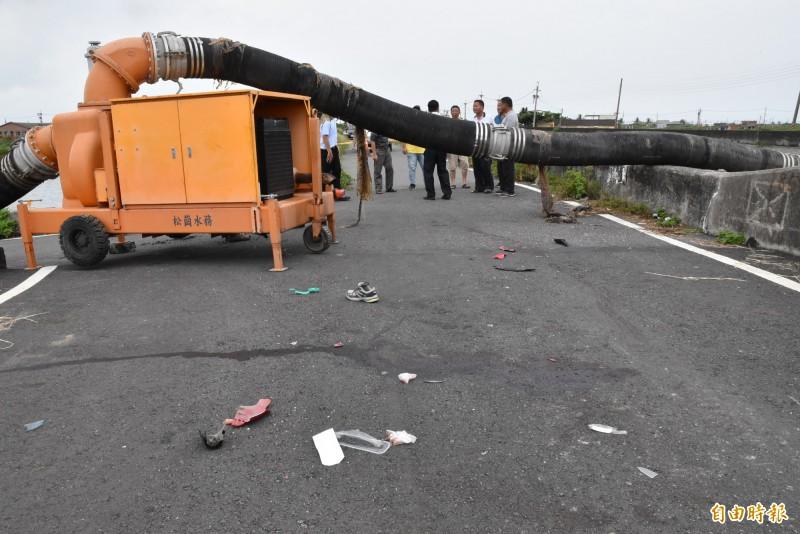 移動式抽水機排水管奪命!口湖鄉19歲男子昨晚撞到跨越防汛道的排水管傷重不治,現場還留有血跡。(記者黃淑莉攝)