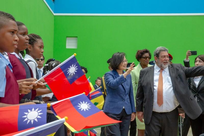 蔡總統16日抵達聖文森國時,聖文森總理龔薩福(右)親自接機。(總統府提供)