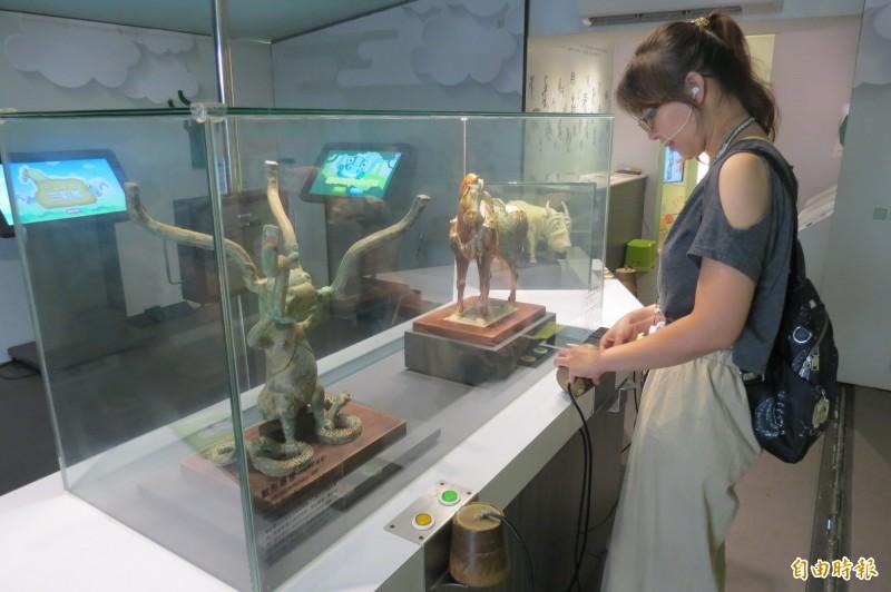「酷獸來了」行動博物館展示史博館以3D列印的綠釉陶牛、三彩馬及獸形器座3隻酷獸館藏國寶。(記者張協昇攝)