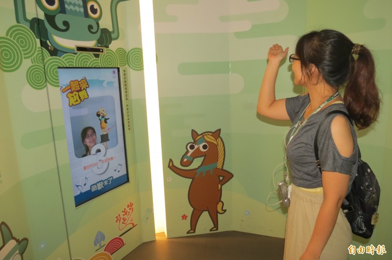 國立歷史博物館「酷獸來了」行動博物館,提供阿獸降蛇傳、一起來尬舞及大牛耕田趣3種體感互動遊戲。(記者張協昇攝)