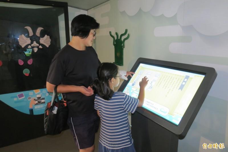 國立歷史博物館「酷獸來了」行動博物館,適合親子一起參觀、體驗。(記者張協昇攝)