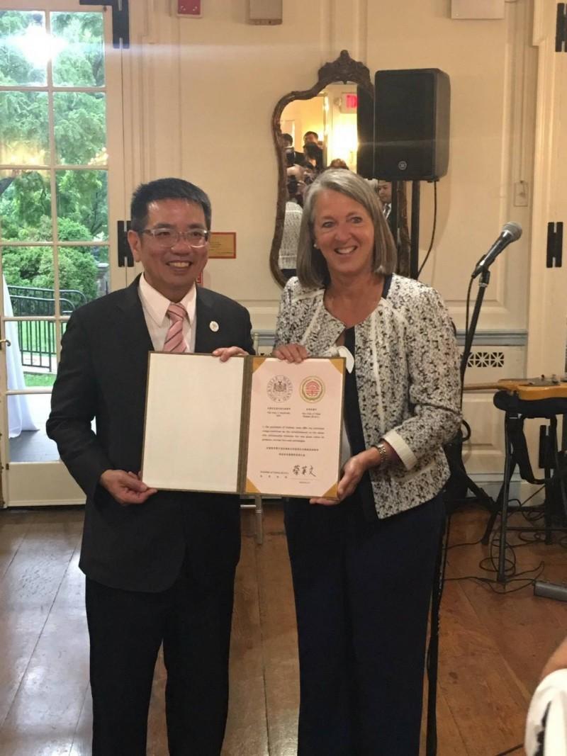 宜蘭市長江聰淵(左)與洛克維爾市紐頓市長完成姊妹市締盟協議。(記者張議晨翻攝)