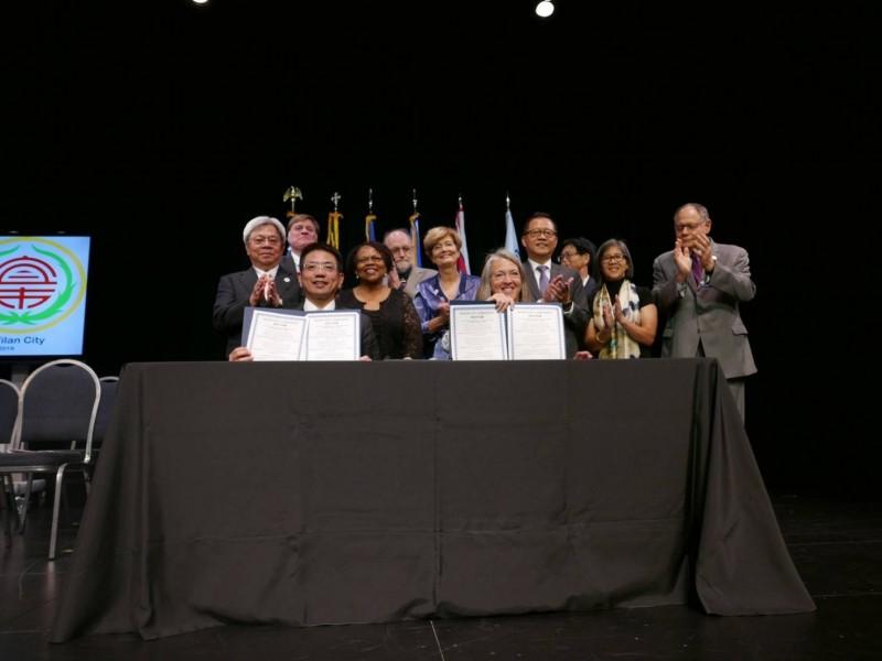 宜蘭市長江聰淵(左)與洛克維爾市紐頓市長(右)完成姊妹市締盟協議。(記者張議晨翻攝)