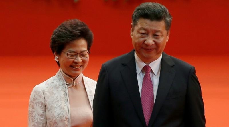 據《南華早報》報導,負責香港事務的中國官員正在制定解決香港政治動盪的方案,將很快提交給最高領導層審議,且目前並無撤換特首林鄭月娥計畫,但未來可能全面改造管制香港的方式。圖為香港特首林鄭月娥與中國領導人習近平參與2017年香港主權移交20週年慶祝活動。(資料照,路透)
