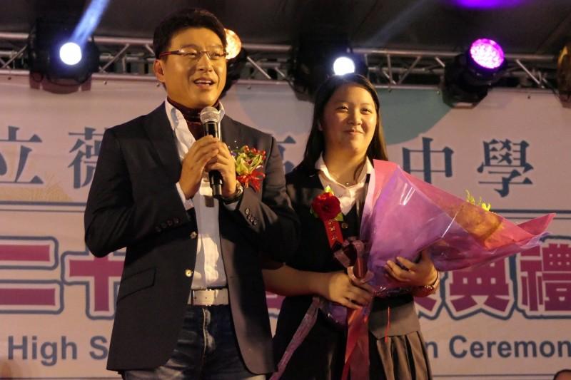 薇閣高中學生謝佳璇及父親謝震武。(薇閣高中提供)