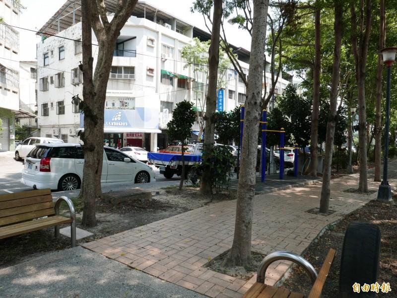 梅川園道4顆大樹竟種在人行道上,竟是為了擋巷口路沖。(記者蔡淑媛攝)