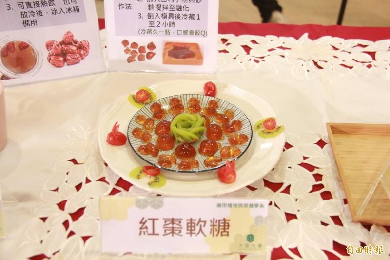 研究團隊以紅棗萃取物為原料基底,開發紅棗軟糖,方便提供自行車、馬拉松等高強度運動者補給。(記者陳冠備攝)