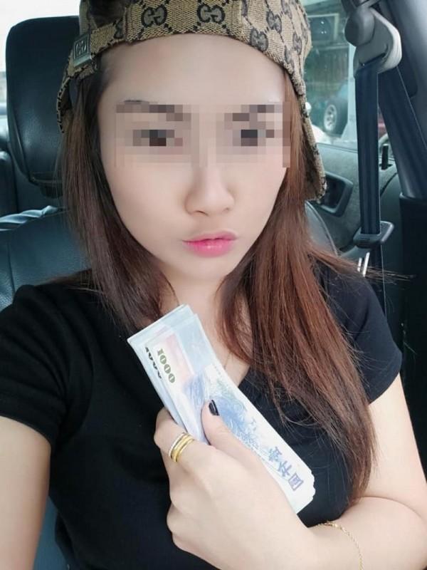 泰女在臉書PO手拿整疊千元大鈔照片炫富。(翻攝自泰女臉書)